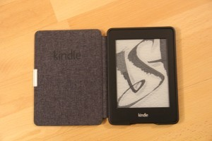 La liseuse Kindle Paperwhite dans son étui.